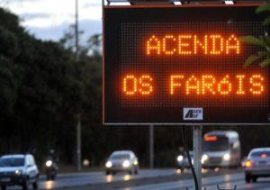 Justiça autoriza multa para motorista que não usar farol baixo em estradas  Fonte: iG Vigilante - iG @ http://ultimosegundo.ig.com.br/igvigilante/transito/2016-10-20/farol-baixo-multa.html