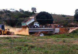 Aterro nas cabeceiras da ponte do Rio XV de Novembro