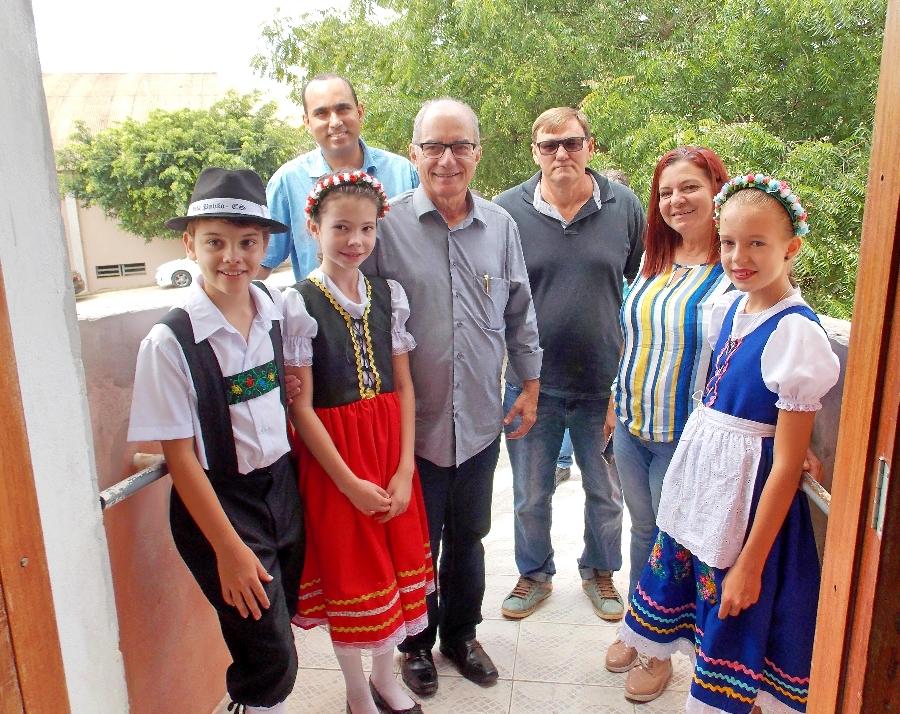 Integrantes do grupo Infantil de Danças Típicas Pomitafro e as rainhas da 20ª Pomitafro recepcionram