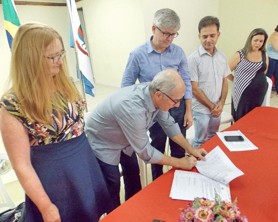 Ato de assinatura do termo de adesão